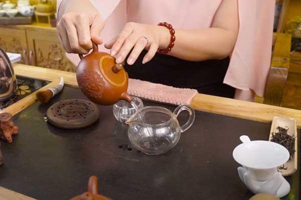 pha trà bằng ấm tử sa với nước khoáng thiên nhiên