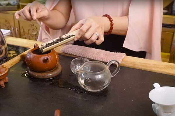 Chuẩn bị trà cụ để pha trà