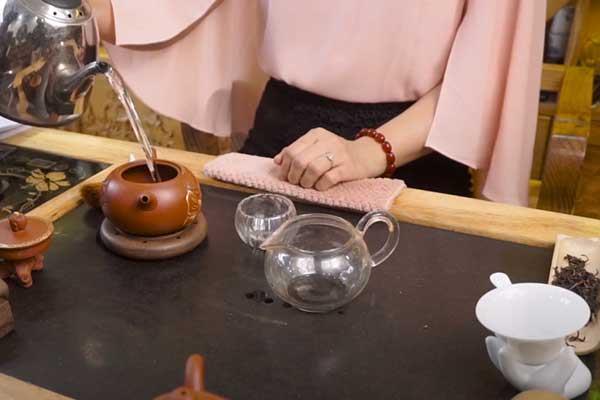 Chuẩn bị nước pha trà bằng ấm tử sa đúng chất